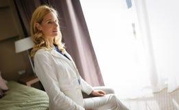 Donna bionda nella camera di albergo Immagine Stock Libera da Diritti