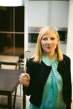 Donna bionda nella cucina Fotografia Stock Libera da Diritti