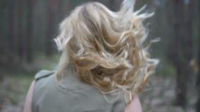 Donna bionda nella foresta video d archivio