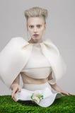 Donna bionda pallida in attrezzatura bianca che mangia alimento salutare fotografie stock