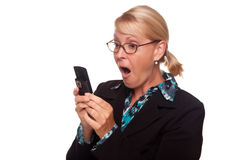 Donna bionda scossa che per mezzo del telefono delle cellule Immagini Stock