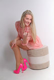 Donna bionda sensuale con capelli serici ricci brillanti nei dres eleganti Fotografia Stock Libera da Diritti