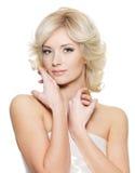 Donna bionda sensuale con la pelle fresca di salute Fotografia Stock