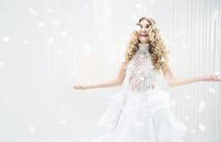 Donna bionda sensuale in una grande stanza luminosa Fotografia Stock Libera da Diritti