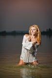 Donna bionda sexy in blusa bianca in un'acqua di fiume Fotografie Stock