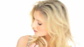 Donna bionda sexy che gioca con i suoi capelli stock footage