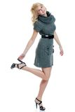 Donna bionda sexy che porta una holding grigia del vestito dal knit Fotografia Stock Libera da Diritti