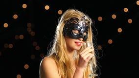 Donna bionda sexy con la maschera veneziana e vetro di archivi video
