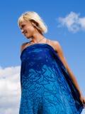 Donna bionda sopra il cielo pieno di sole blu Fotografia Stock Libera da Diritti