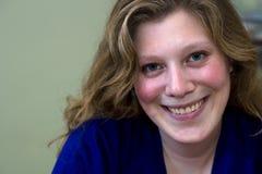 Donna bionda sorridente Fotografie Stock Libere da Diritti