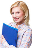 Donna bionda sorridente attraente con i documenti che esamina macchina fotografica Immagine Stock Libera da Diritti