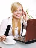 Donna bionda sorridente che chiama dal telefono Fotografia Stock