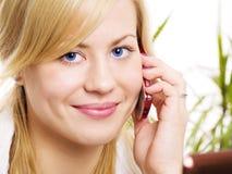 Donna bionda sorridente che chiama dal telefono Fotografia Stock Libera da Diritti