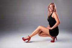 Donna bionda sorridente sexy. Immagini Stock Libere da Diritti