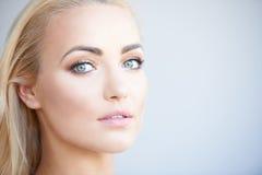 Donna bionda splendida con i bei occhi verdi Fotografie Stock Libere da Diritti