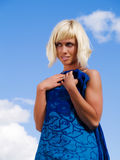 Donna bionda sul cielo blu pieno di sole fotografia stock