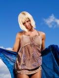 Donna bionda sul cielo blu pieno di sole fotografia stock libera da diritti