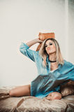 Donna bionda sulla base Fotografia Stock