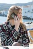 Donna bionda telefono sulla chiamata Fotografie Stock Libere da Diritti