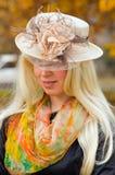 Donna bionda in un cappello elegante Immagini Stock