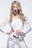 Donna bionda in un costume bianco fotografia stock
