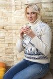 Donna bionda in un maglione Fotografie Stock