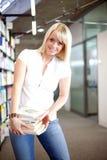 Donna bionda in una libreria Fotografie Stock Libere da Diritti