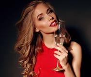 Donna bionda in vestito rosso che tiene vetro di champagne Fotografia Stock Libera da Diritti