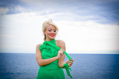 Donna bionda in vestito verde fotografia stock