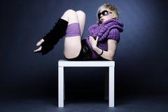 Donna bionda in violetto-chiaro Immagini Stock