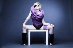 Donna bionda in violetto-chiaro Fotografia Stock