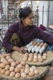 Donna birmana che vende le uova Fotografia Stock