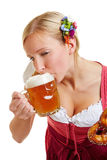 Donna in birra bevente del dirndl Fotografie Stock Libere da Diritti