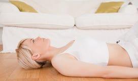 Donna blond-haired sveglia che fa le esercitazioni di forma fisica Fotografie Stock Libere da Diritti