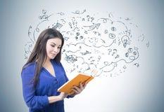 Donna in blu che legge un libro, frecce Fotografia Stock Libera da Diritti