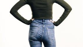 Donna in blue jeans che stanno indietro Fotografia Stock Libera da Diritti