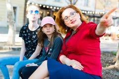 Donna in blusa rossa che indica con il dito fotografia stock libera da diritti