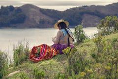 Donna boliviana vicino al Titicaca fotografia stock