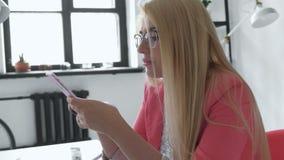 Donna brasiliana di affari che convince telefono cellulare facendo uso del gruppo creativo della memo vocale della registrazione  video d archivio