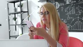 Donna brasiliana di affari che convince telefono cellulare facendo uso del gruppo creativo della memo vocale della registrazione  archivi video