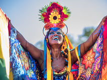 Donna brasiliana felice che porta costume variopinto a Carnaval 2016 in Rio de Janeiro, Brasile Fotografia Stock