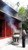Donna buddista che prega Hanoi Vietnam Immagine Stock