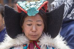 Donna buddista tibetana in vestito nazionale durante il festival di Hemis a Ladakh, India del nord fotografie stock