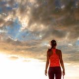 Donna in buona salute in abiti sportivi sulla camminata della spiaggia Fotografie Stock Libere da Diritti