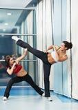 Donna in buona salute ad addestramento di combattimento di forma fisica Fotografia Stock Libera da Diritti