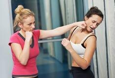 Donna in buona salute ad addestramento di combattimento di forma fisica Fotografie Stock Libere da Diritti