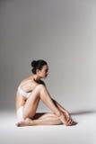 Donna in buona salute calma che si siede sul pavimento Immagine Stock Libera da Diritti