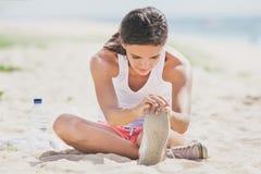 Donna in buona salute che fa allungamento della gamba Immagine Stock Libera da Diritti