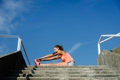 Donna in buona salute che fa allungando esercizio Immagini Stock Libere da Diritti