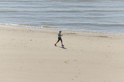Donna in buona salute che funziona sulla spiaggia Fotografia Stock Libera da Diritti